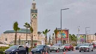 حاجز تفتيش بجوار مسجد الحسن الثاني بمدينة الدار البيضاء في المغرب