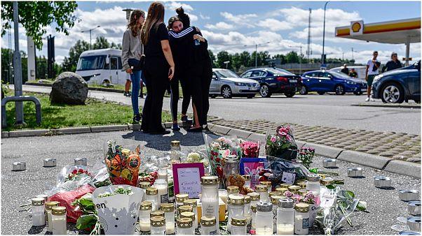 أقارب طفلة قتلت في  إطلاق نار يشعلون الشموع عند موقع الحادث