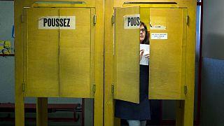 یک شهروند سوئیسی شرکتکننده در حوزه رایگیری
