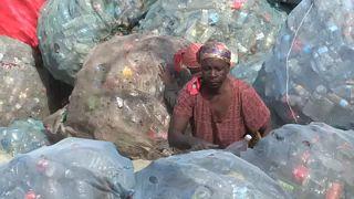 Parte da população de Moçambique sobrevive à custa da recolha de plástico em lixeiras
