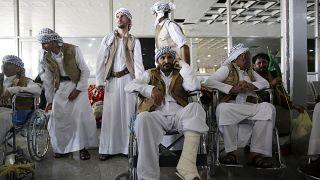 سجناء يمنيون يتجمعون أثناء وصولهم بعد إطلاق سراحهم من قبل التحالف بقيادة السعودية في مطار صنعاء- اليمن/ أرشيف