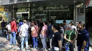تجمع مشتریان خرید ارز در مقابل یک صرافی فعال در مرکز شهر تهران