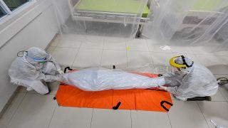 Covid-19 salgınında hayatını kaybedenlerin sayısı dünya genelinde 1 milyonu aştı.