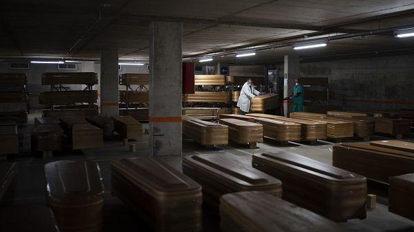 Archives - des employés transportent les cercueils de victimes du Covid à Barcelone en Espagne le 02 avril 2020