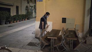 Homem fecha bar em Marselha, França