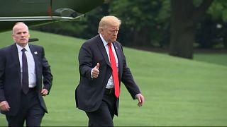 Donald Trump saluda a la prensa tras bajarse del helicóptero en la Casa Blanca