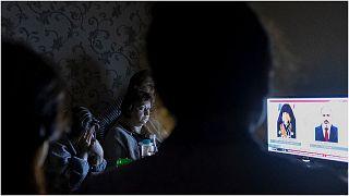 أسرة تتابع أخبار الاشتباكات في الإقليم المتنازع عليه