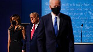 Melania Trump, Donald Trump et Joe Biden sur le plateau à l'issu du dernier débat entre les deux candidats le 23 octobre 2020