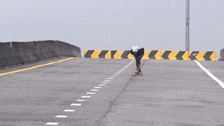 مسنة تبلغ من العمر 63 عاما تمارس رياضة التزلج على الألواح