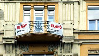 Eladó lakást hirdetnek Budapesten, a Szent István körút egyik régi díszes lakóépületén