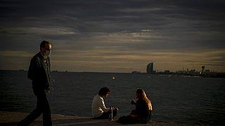 Una pareja y un paseante en el muelle de Barcelona este 27 de septiembre