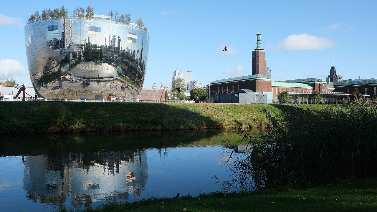 Giochi d'acqua e di specchi a Rotterdam.