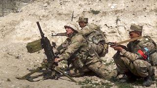 جنود من الجيش الأذري يطلقون قذائف المورتار