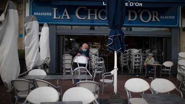 Un ristoratore chiude il suo locale a Marsiglia, domenica 28/09/20