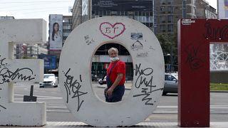 Férfi maszkban Belgrád belvárosában 2020 júliusában