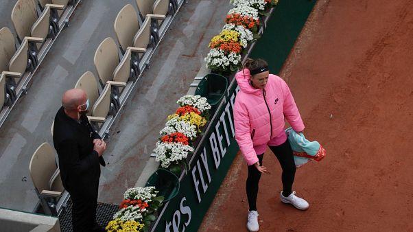 Victoria Azarenka si lamenta del freddo durante un incontro al Roland Garros