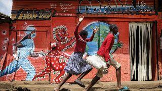 جدارية عن فيروس كورونا في أحد شوارع نيروبي