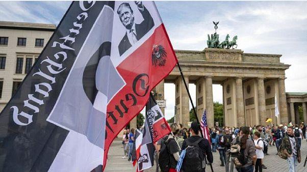 Trump sulla bandiera di un estremista di destra fuori dal Reichstag nell'agosto 2020