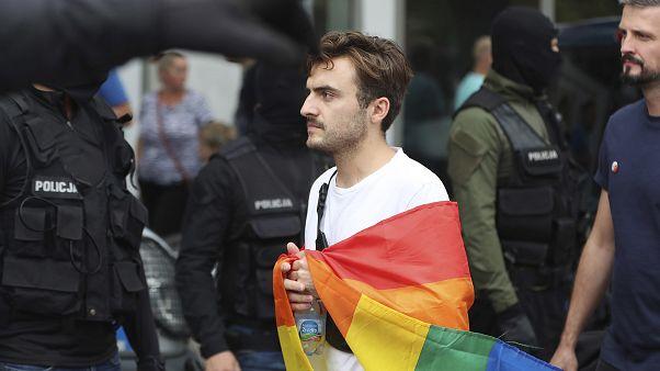 فردی با پرچم رنگین کمانی دگرباشان جنسی در لهستان