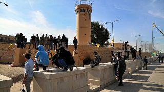 مسلحون موالون لإيران وأنصارهم في اعتصام أمام السفارة الأمريكية في بغداد، الأربعاء 1 يناير 2020