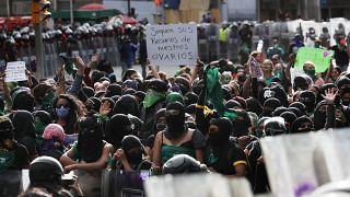 Gran marea verde en varios países de América Latina a favor de la despenalización del aborto.
