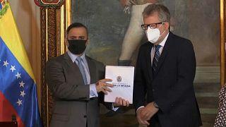 Momento en el que el canciller venezolano entrega el documento al representante de la ONU