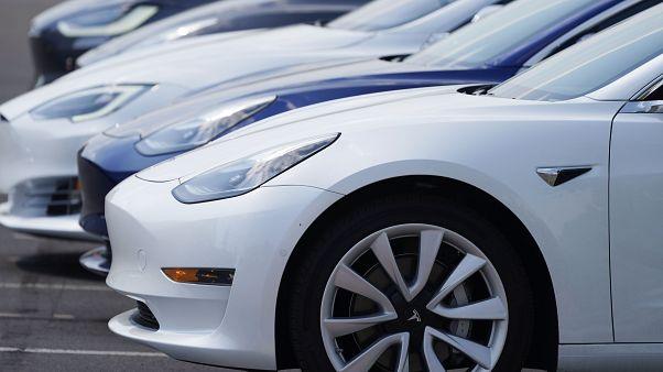 سيارات تيسلا تعمل بالطاقة الكهربائية