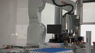 أذرع روبوت تجري اختبارات للتأكد من الإصابة بفيروس كورونا