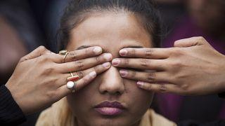 Hindistan'da hemcinsine şiddeti protesto eden bir kadın