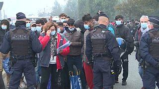 Desalojo de un campamento de inmigrantes cerca de Calais