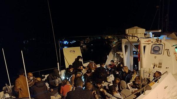 Muğla'nın Marmaris ilçesi açıklarında fiber tekne ve lastik bottaki 87 sığınmacı kurtarıldı.