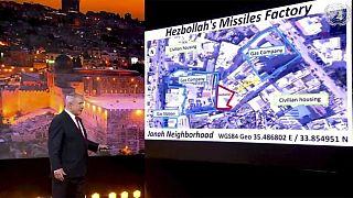 بنیامین نتانیاهو نخست وزیر اسرائیل انباری را که مدعی است انبار سلاح حزب الله است، روی نقشه نشان می دهد