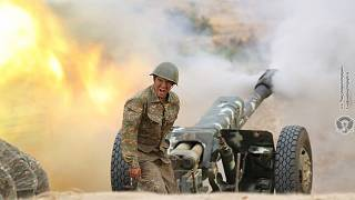 Örmény katona harc közben Hegyi-Karabahban