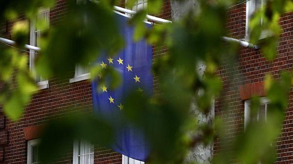 علم الاتحاد الأوروبي معلق في يوروبا هاوس في لندن، الثلاثاء 29 سبتمبر 2020