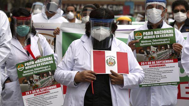Los trabajadores sanitarios en Perú sufren en primera fila las grandes carencias del sistema hospitalario.