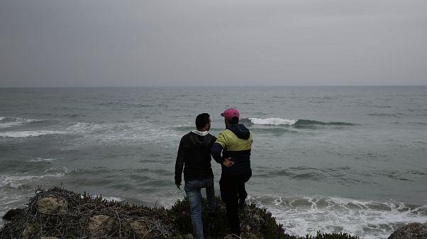 شابان تونسيان (أحمد ومنير) في مدينة رأس الجبل يريدان مغادرة تونس، وهما يقفان على شاطئ البحر حيث يغادر المهاجرون باتجاه إيطاليا- 2018/04/14