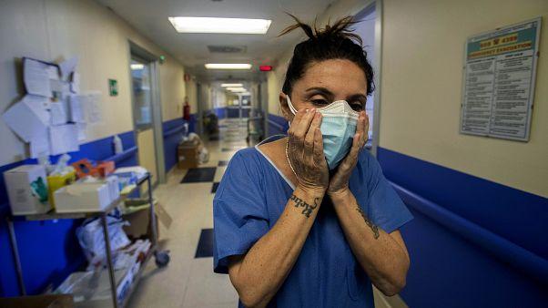L'infirmière Cristina Settembrese au sein du service COVID-19 de l'hôpital San Paolo à Milan, en Italie, avril 2020