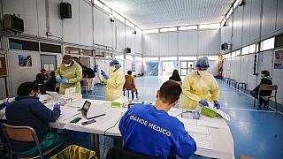 Um centro de despistagem rápida de Covid-19 instalado num ginásio de uma escola em Roma, Itália