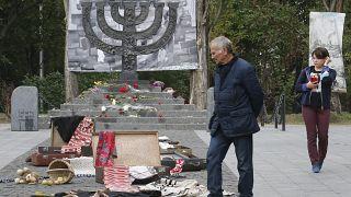 В Бабьем Яре, по разным оценкам, были расстреляны от 100 до 150 тысяч евреев и цыган, главным образом жителей Киева