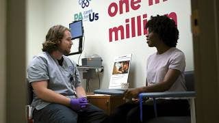 ممرض في المركز الطبي بجامعة بيتسبرغ، الولايات المتحدة