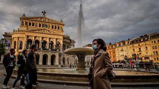 Archivbild: Passantin in Frankfurt
