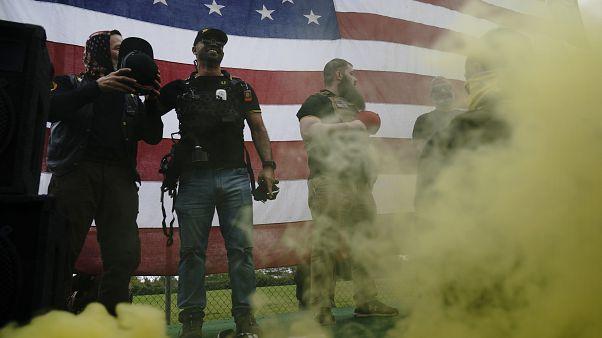Membri dei Proud Boys tra cui Enrique Tarrio, il secondo da sinistra, durante una manifestazione a Portland lo scorso 26 settembre