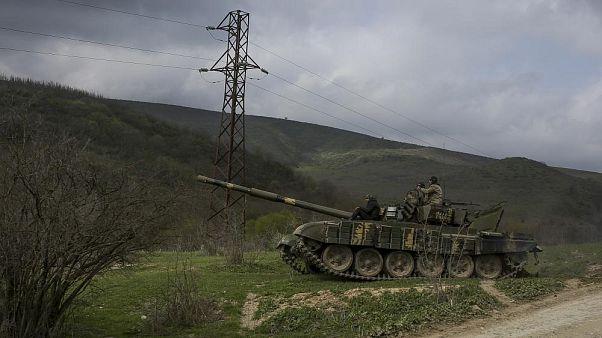 Armenische Soldaten patrouillieren auf einem Panzer in der Nähe des Dorfes Madaghis in Berg-Karabach, Aserbaidschan, 6. April 2016