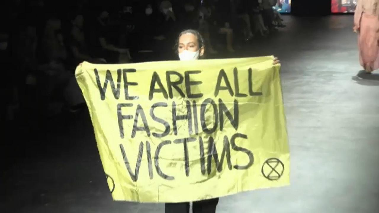 Élő Dior bemutatóval nyitott a Párizsi Divathét