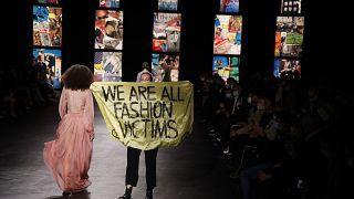 Экоактивистка на подиуме во время показа коллекции Dior на Неделе моды в Париже