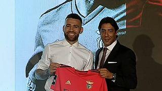 Nicolás Otamendi recebeu a camisola do Benfica das mãos de Rui Costa