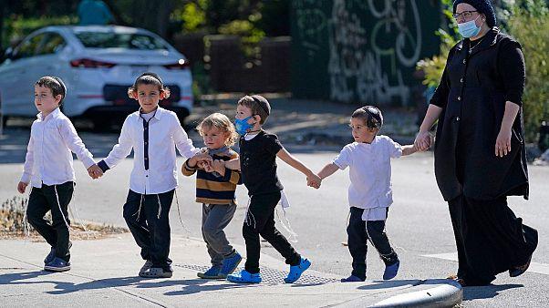 امرأة يهودية ومجموعة من الأطفال في بروكلين مدينة نيويورك.