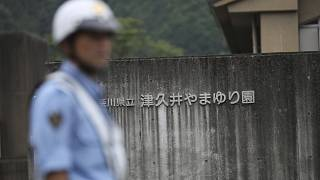 ضابط شرطة يحرس مبنى بالقرب من طوكيو.