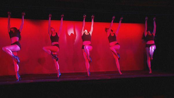 راقصات ملهى ميشو الباريسي يتدربن على عرض راقص