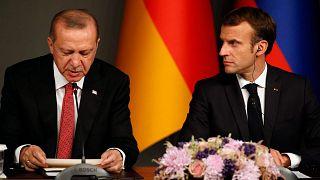 الرئيس التركي رجب طيب أردوغان يجلس أمام الرئيس الفرنسي إيمانويل ماكرون خلال مؤتمر صحفي عقب قمة بشأن سوريا، اسطنبول، السبت 27 أكتوبر 2018